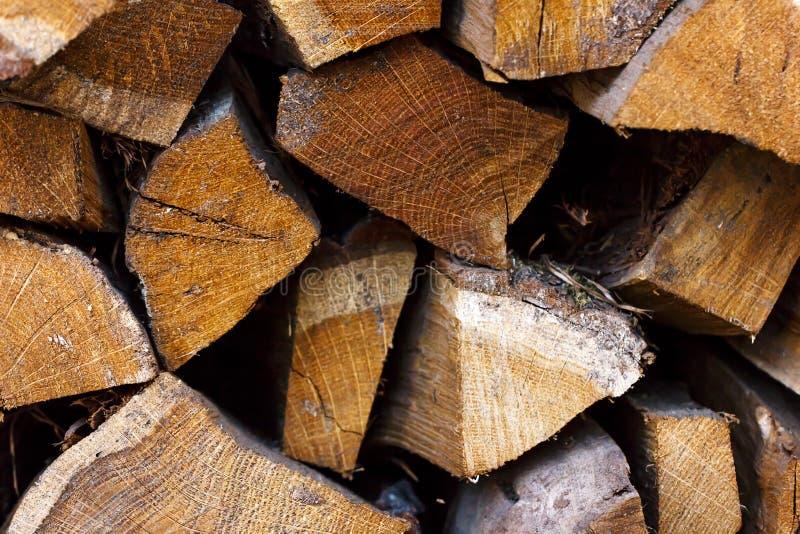 Stapel getrocknetes Brennholz des Kiefernholzes stockbilder