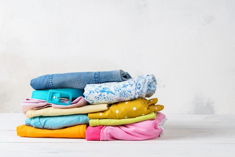 Stapel gevouwen, kleurrijke schone vrijetijdskleding royalty-vrije stock foto's