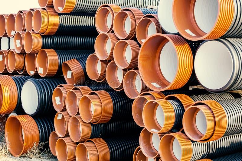 Stapel gewölbten PVC-Abwasserkanals oder der Abflussrohre lizenzfreies stockbild