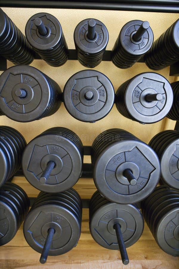 Stapel Gewichte an der Gymnastik. lizenzfreies stockbild