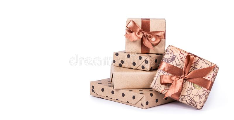 Stapel giftdozen op witte achtergrond Gift het verpakken Gift met lint De ruimte van het exemplaar royalty-vrije stock afbeelding