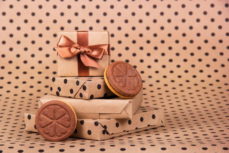 Stapel giften en koekjesharten Gift Boxes Feestelijke Decoratie stock afbeeldingen
