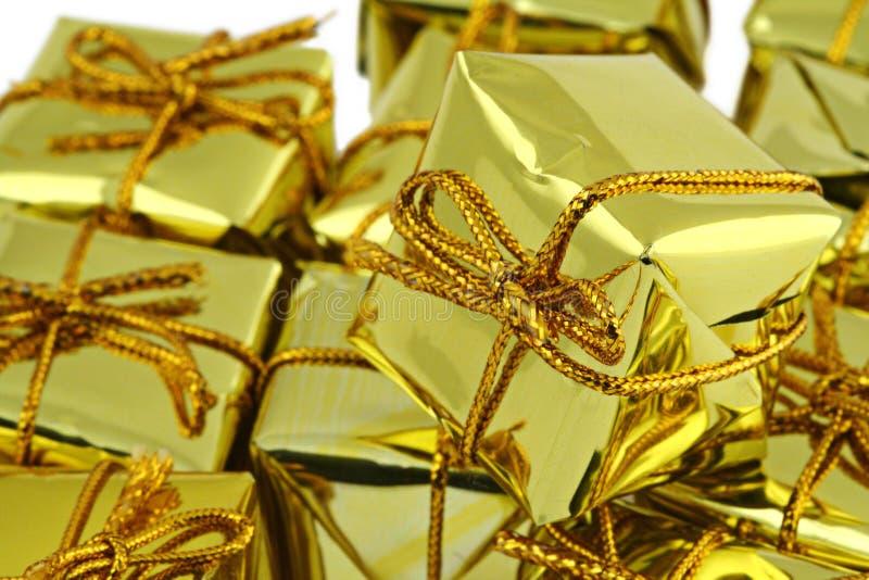 Stapel goldene Geschenke stockfoto