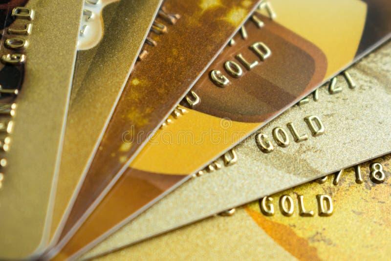 Stapel Goldkreditkarten auf dunklem Hintergrund, Abschluss herauf Ansichtesprit lizenzfreie stockfotografie