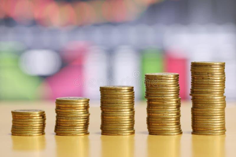 Stapel gouden muntstuk van financieel gekweekt concept stock afbeeldingen