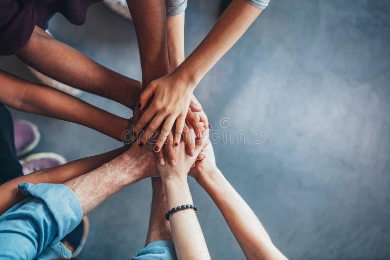 Stapel Hände, die Einheit und Teamwork zeigen lizenzfreies stockfoto