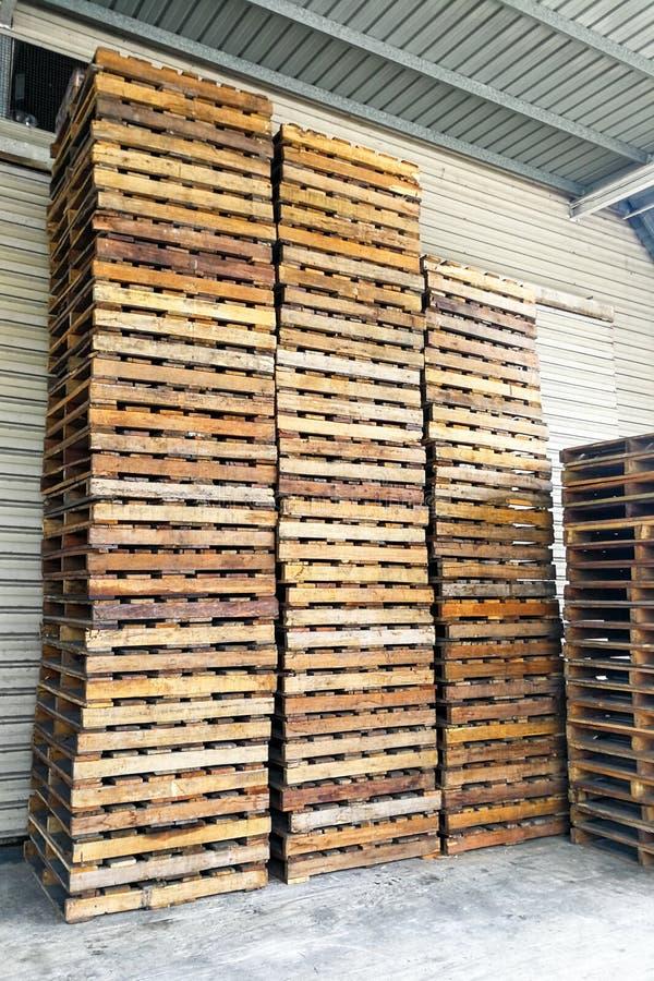 Stapel hölzerne Paletten am Lager Logistisches Geschäft des Transportes lizenzfreie stockfotografie