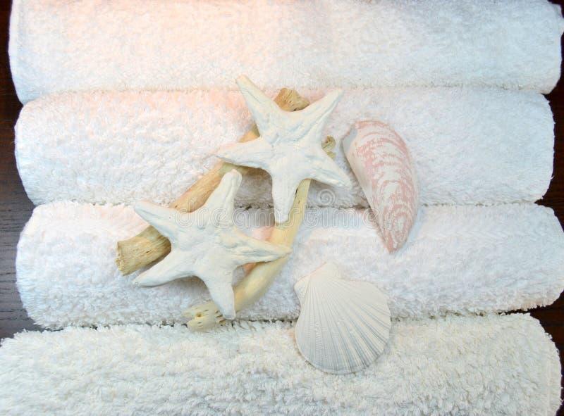 Stapel handdoeken met zeester en shells stock afbeelding