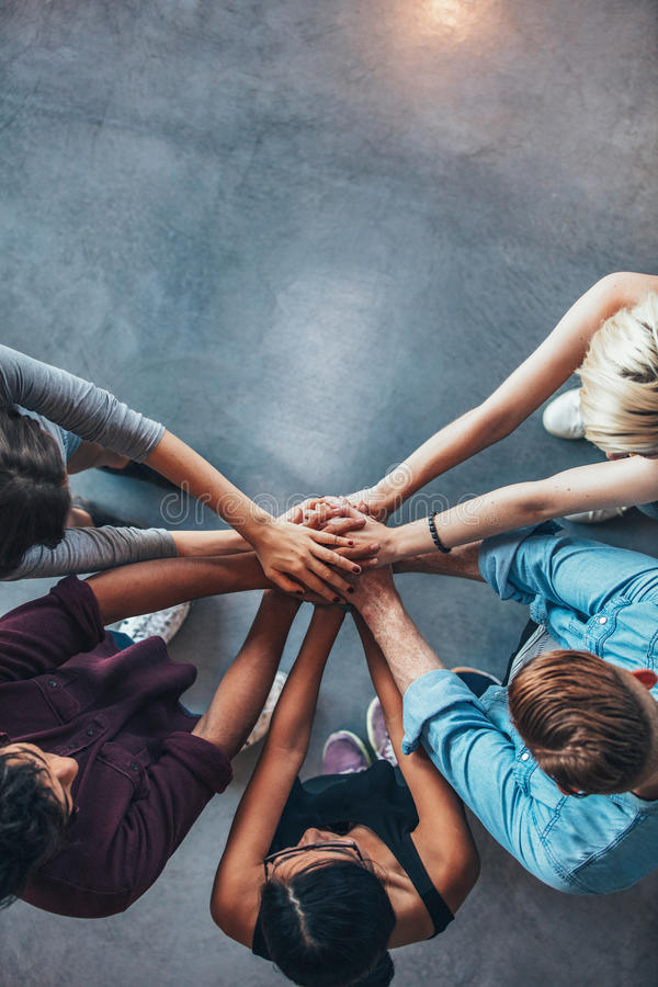 Stapel handen die vertrouwen en samenwerking symboliseren stock fotografie