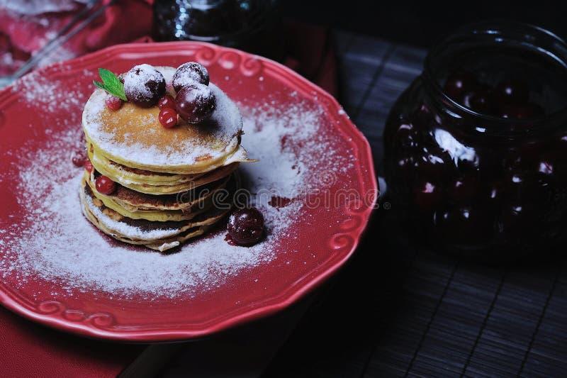 Download Stapel Heerlijke Pannekoeken Stock Foto - Afbeelding bestaande uit culinair, close: 54076726