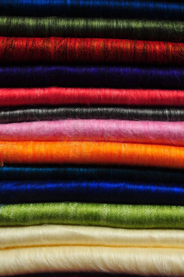 Stapel hell farbige Alpakadecken stockfotografie
