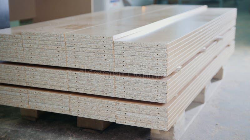 Stapel houten particleboard panelen op het pakhuis of de fabriek stock foto's