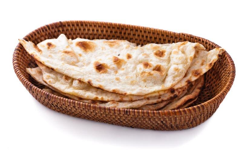 Stapel indisches naan Brot im kleinen Korb lizenzfreie stockfotografie