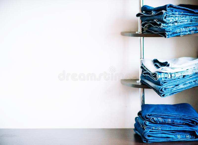 Stapel Jeans stockbilder
