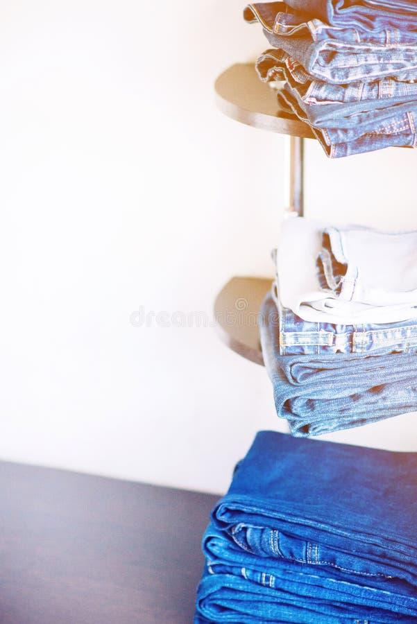 Stapel Jeans stockbild