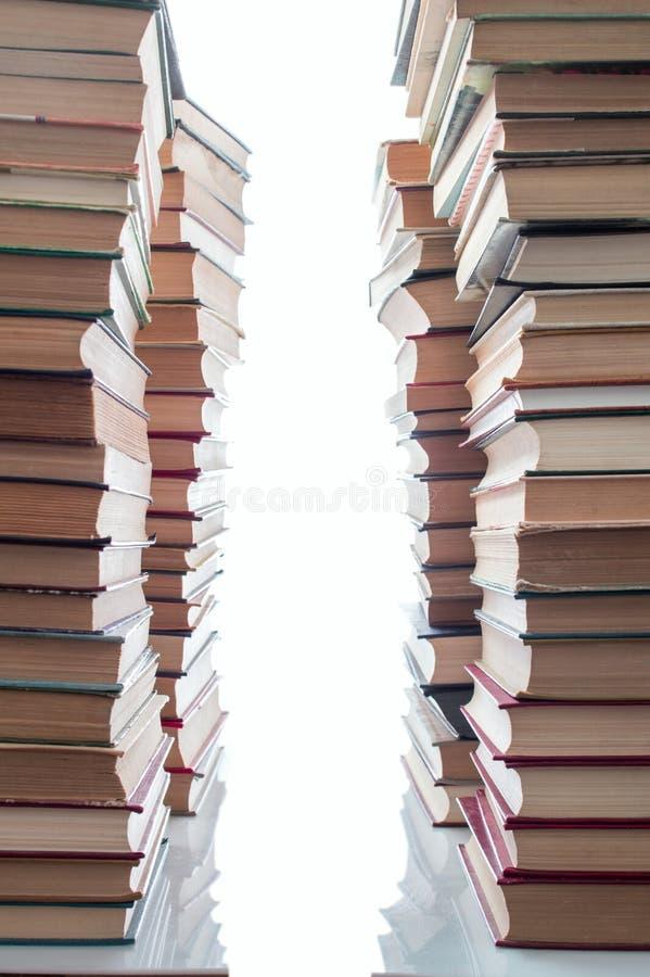 Stapel künstlerische alte Bücher gestapelt auf weißem Hintergrund lizenzfreie stockbilder