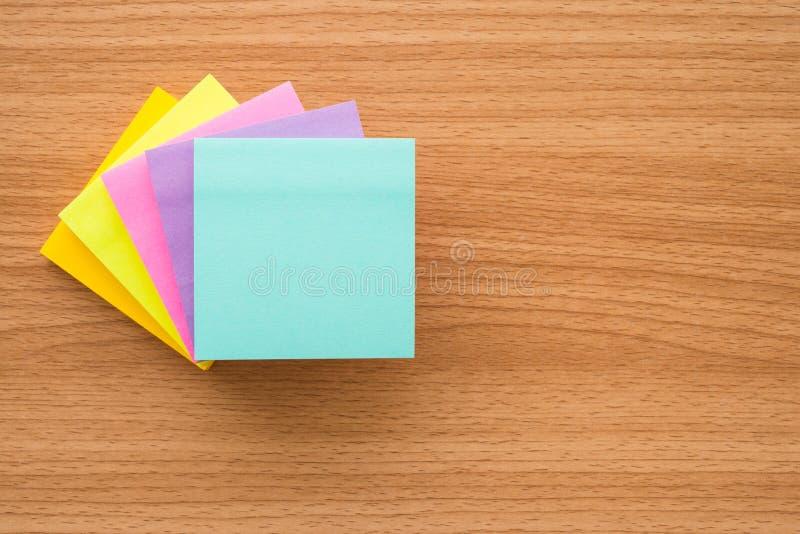 Stapel kleurendocument nota's over houten lijst met exemplaarruimte royalty-vrije stock afbeeldingen