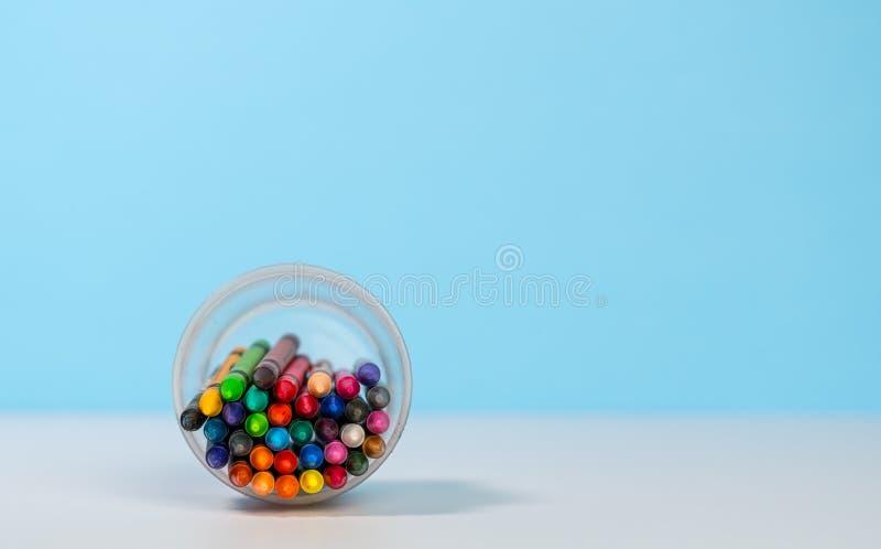 Stapel kleurrijke kleurpotloden in kop met exemplaarruimte stock foto's