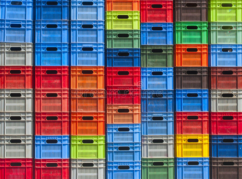 Stapel kleurrijke plastic dozen stock fotografie