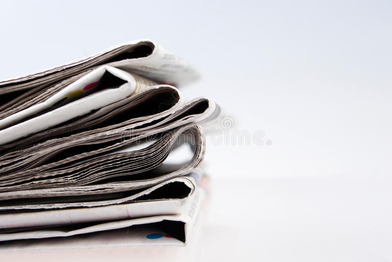 Stapel kranten stock foto's