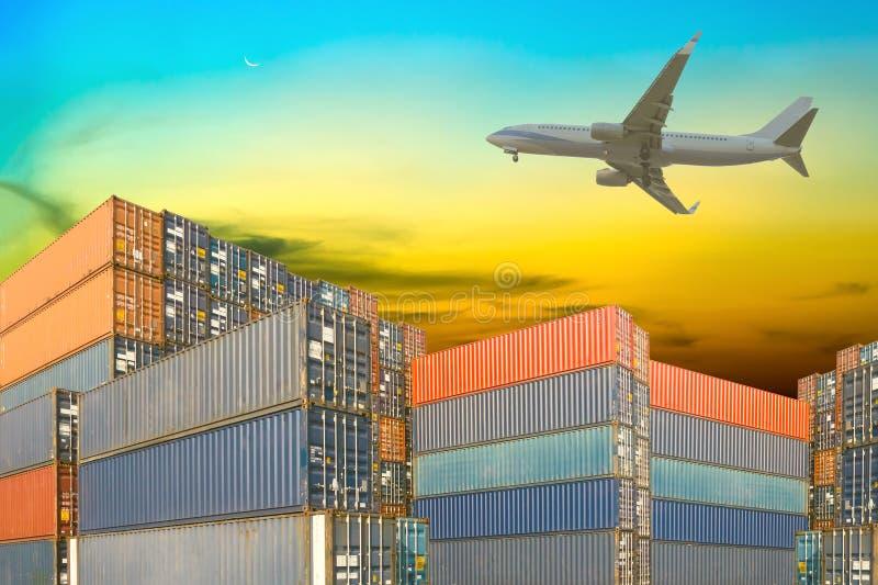 Stapel ladingscontainers met vliegtuig tegen zonsondergangbedelaars royalty-vrije stock fotografie