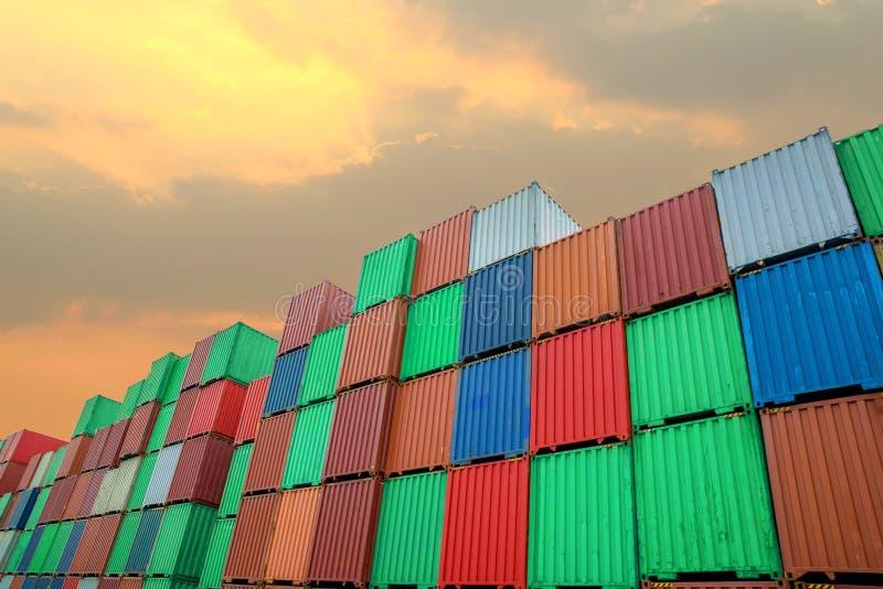 Stapel Ladung-Behälter an den Docks stockfoto