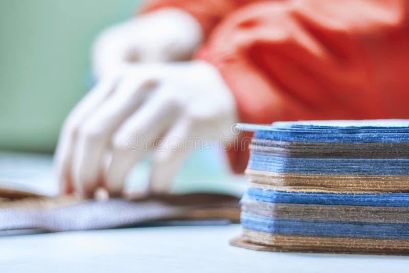 Stapel leerstukken op de werkbank Leathercraft stock foto