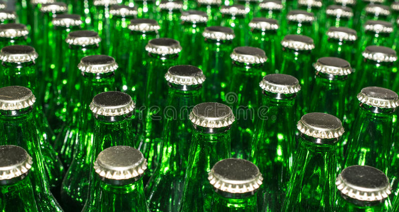Stapel Lege groene glasflessen stock afbeeldingen