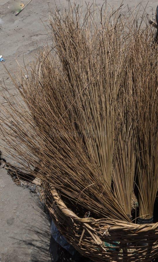 Stapel lokale bezems zoals die in een kant van de weg wordt gezien in Lekki Lagos Nigeria wordt afgeworpen stock afbeeldingen