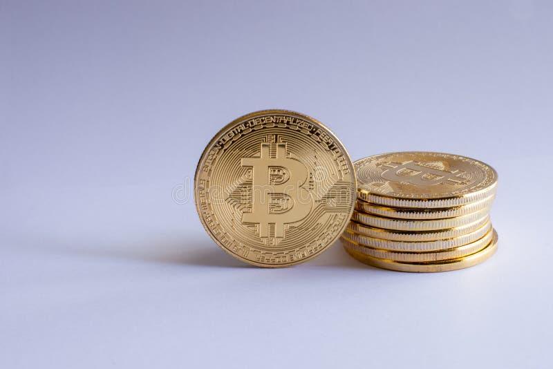 Stapel lokalisierte Stückchenmünzen stockfotografie