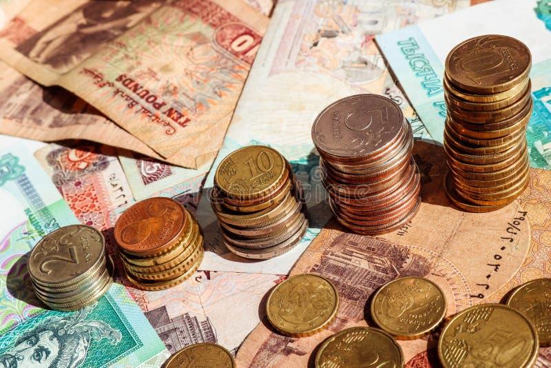 Stapel Münzen in Form von Wachstumsdiagramm Die goldene Taste oder Erreichen für den Himmel zum Eigenheimbesitze Hintergrund mit  stockfoto