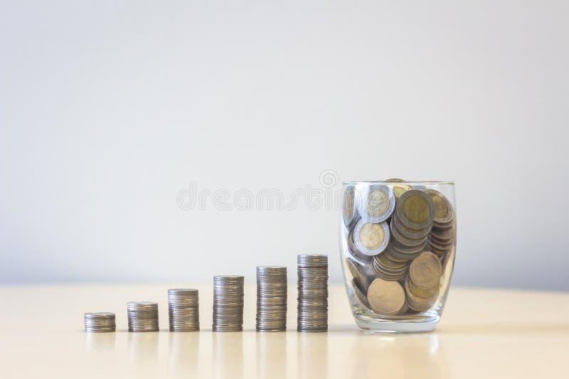 Stapel Münzen mit wachsendem Wachstum des Glasgeldstapel-Schrittes stockbilder
