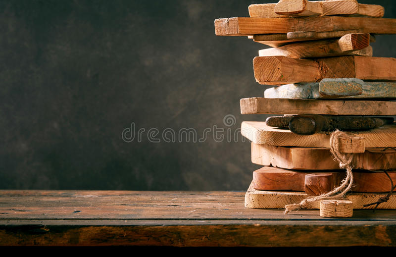 Stapel mehrfache alte hölzerne hackende Bretter stockfotografie