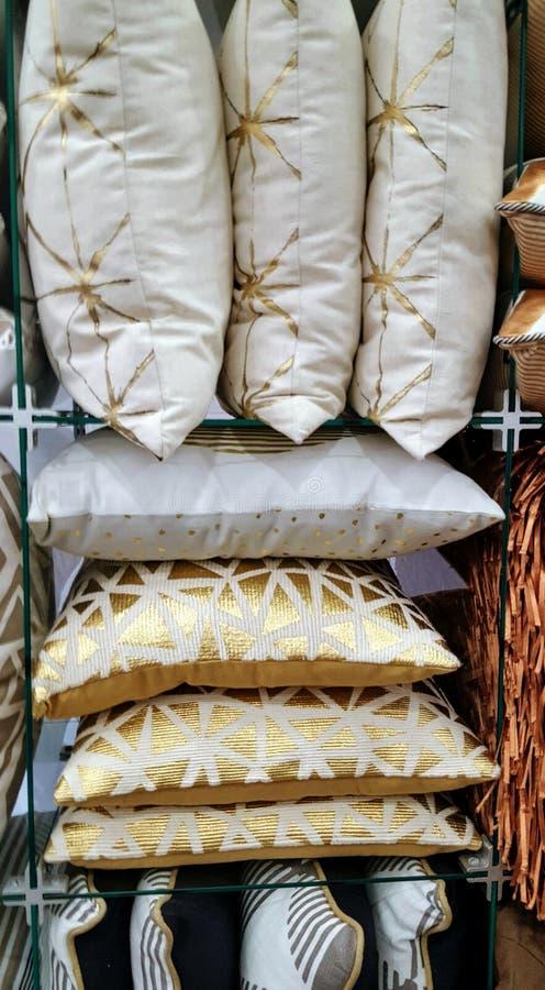 Stapel metaal gekleurde kussens kleinhandels royalty-vrije stock foto