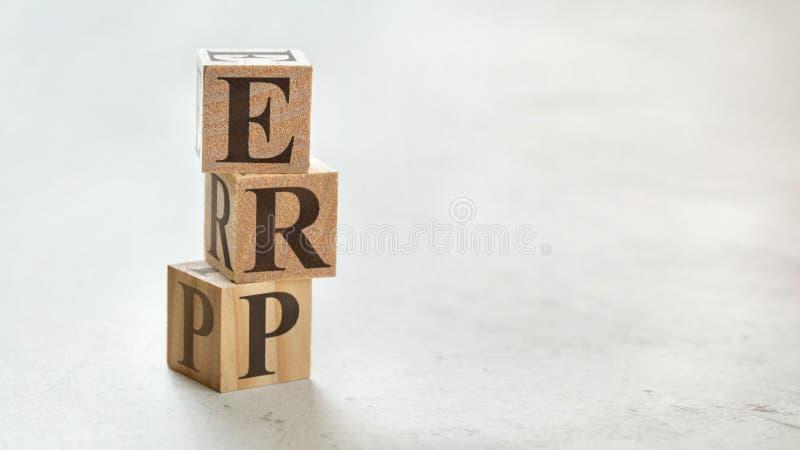 Stapel mit drei hölzernen Würfeln - Buchstaben ERP, der die Unternehmens-Betriebsmittel planen auf ihnen, Raum für mehr Text/Bild stockfotografie