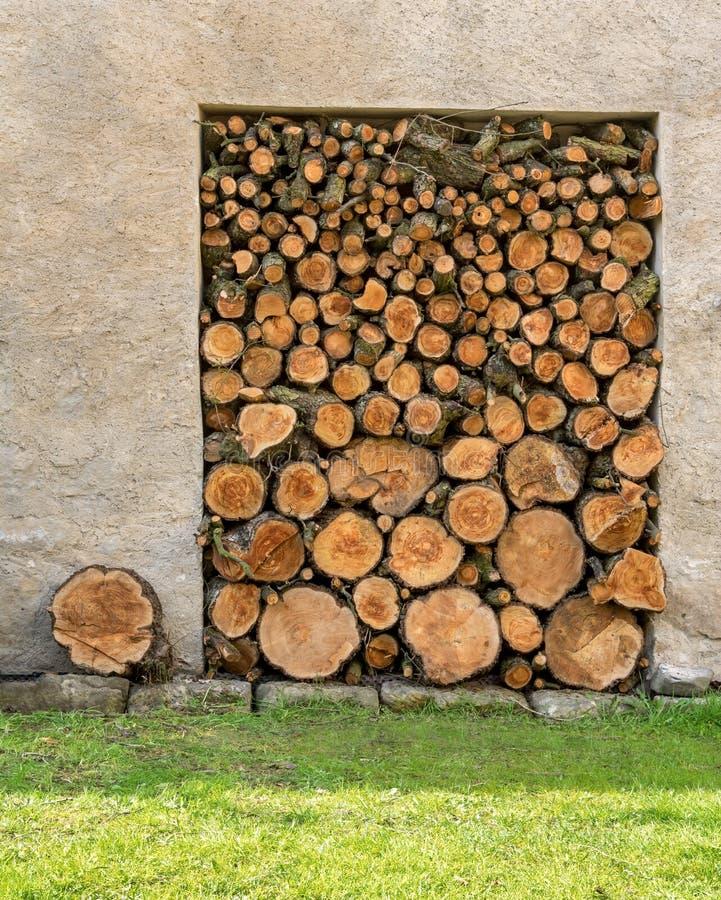 Stapel mit Feuerholz stockbilder