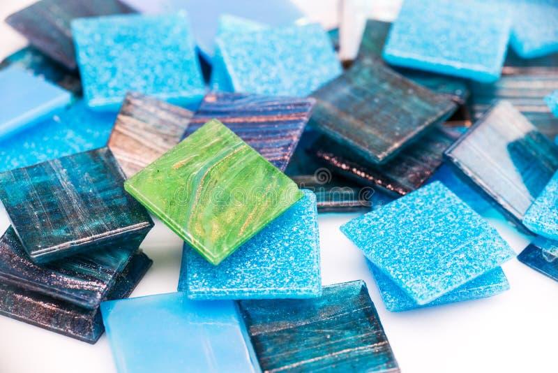 Stapel Mosaikfliesen des Blaus und des grünen Glases lizenzfreie stockfotos