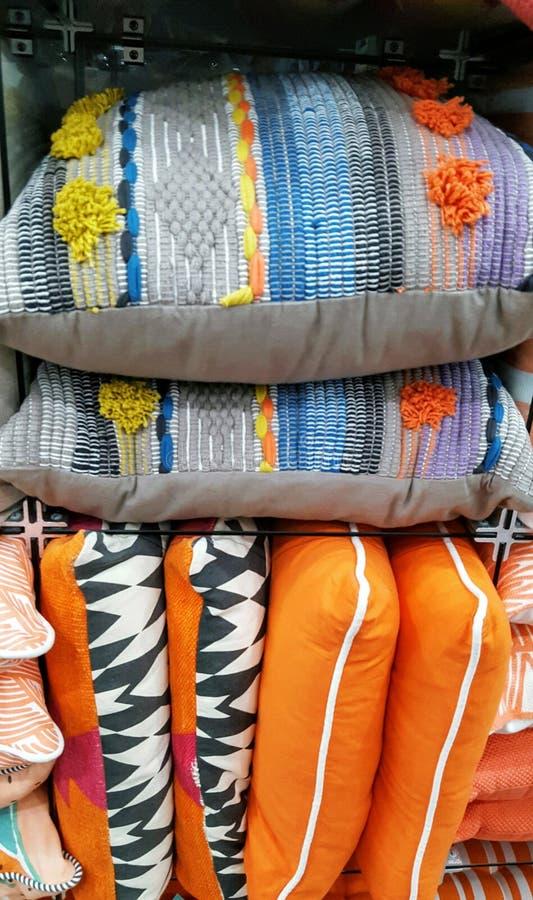 Stapel multicoloured kussens kleinhandels stock afbeeldingen