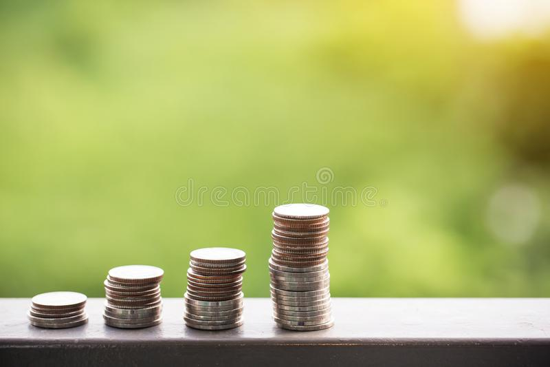 Stapel muntstukken in een rij Vele muntstukken in kolom het stapelen met muntstukken om het geld te besparen investeert voor de t royalty-vrije stock afbeelding