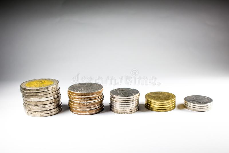 Stapel muntstukken met de koning stock foto