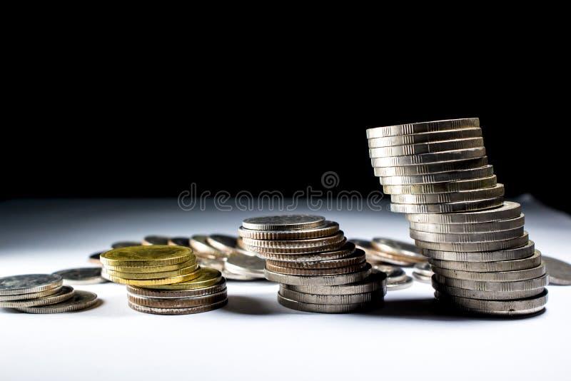 Stapel muntstukken met de koning stock foto's