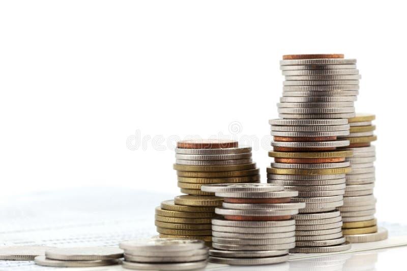 Stapel muntstukken op witte achtergrond, concept bedrijfs planning en financi?n en besparingen worden ge?soleerd die stock afbeelding