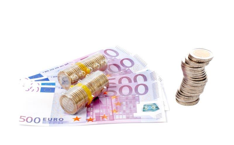 Stapel muntstukken over euro rekeningen royalty-vrije stock fotografie