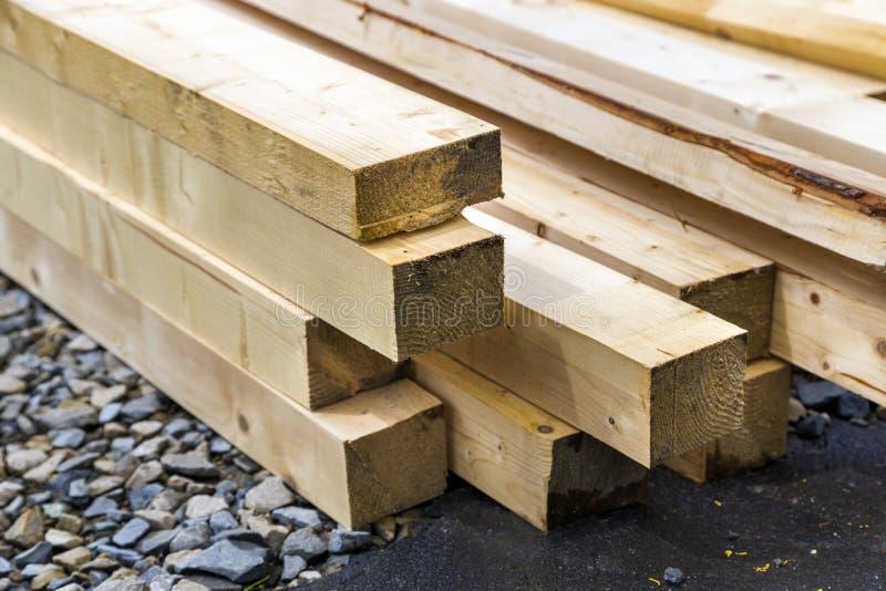 Stapel natuurlijke houten raad op bouwterrein Industrieel hout voor timmerwerk, de bouw of het herstellen, timmerhoutmateriaal vo stock afbeelding