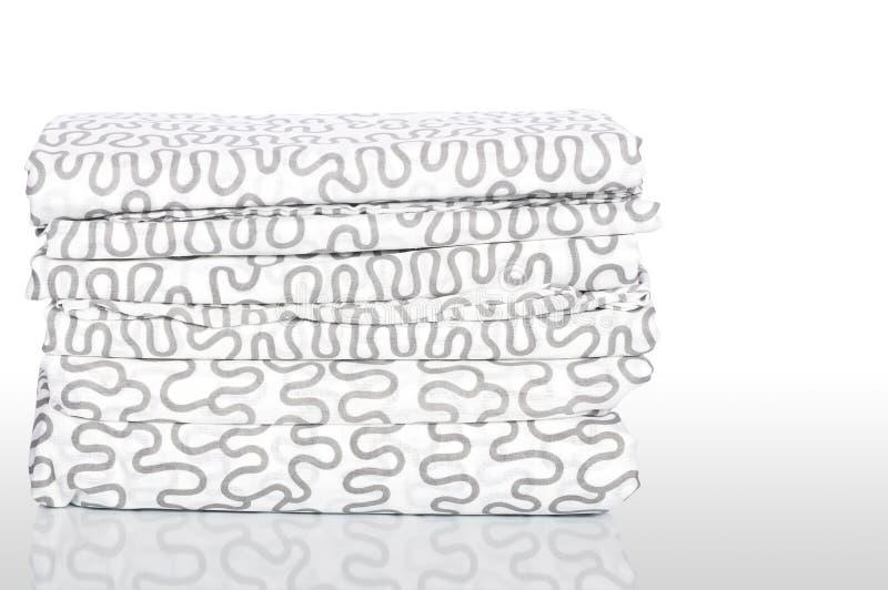 Stapel neue Bettwäsche lizenzfreies stockbild