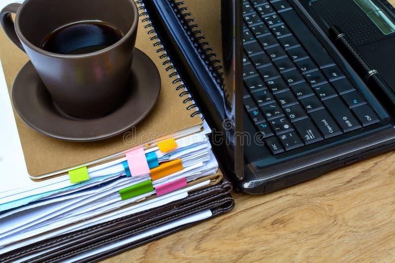 Stapel omslagen en documenten met koffie stock foto