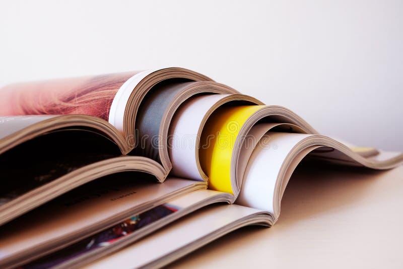 Stapel open gedrukte tijdschriften stock foto's