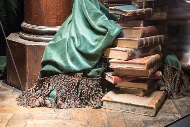 Stapel oude boeken met groen gordijn stock foto's