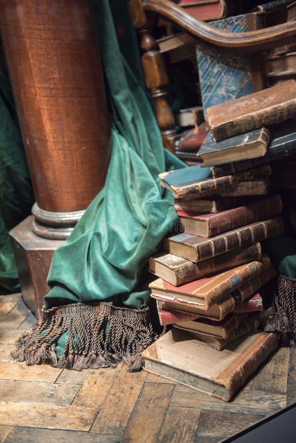 Stapel oude boeken met groen gordijn royalty-vrije stock afbeeldingen