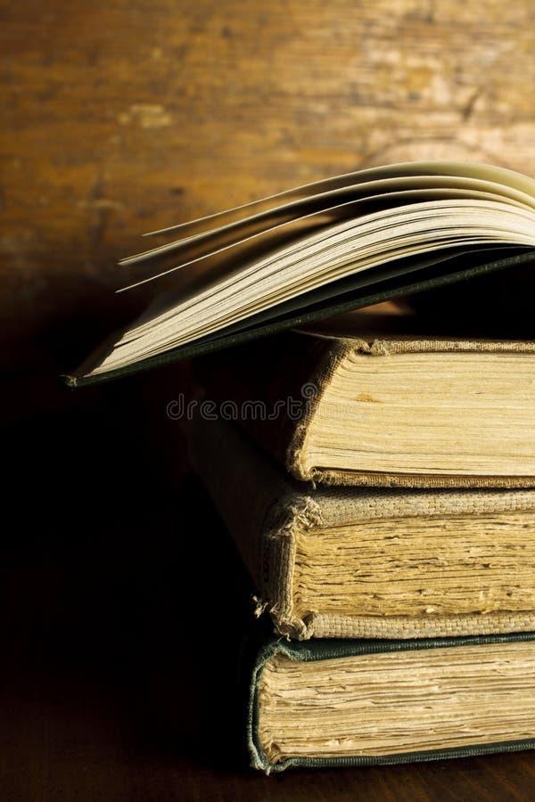 Stapel Oude, Uitstekende Boeken met Één Open Boek royalty-vrije stock foto's